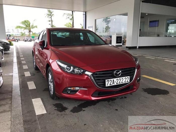 Khách hàng may mắn bấm được số đẹp tại Mazda Bình Tân