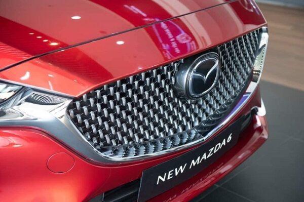 Mặt trước Mazda 6 cuốn hút với ga-lăng mang họa tiết mạnh mẽ, hiện đại kế thừa từ thế hệ 7.0 tạo điểm nhấn.