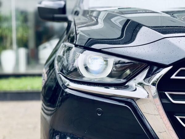 Cụm đèn bán tải Mazda BT-50 gòn gàng sắc nét với ống đèn pha được cách đệu hình trụ viền LED hoàn thiện dáng vẻ táo bạo tổng thể của đầu xe