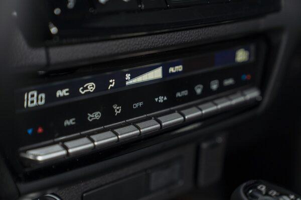 Điều hòa Mazda BT-50 2021 2 vùng độc lập và mạ chrome sang trọng với dãy nút bấm