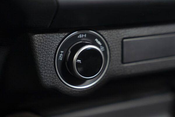 Bán tải Mazda BT-50 sử dụng hệ dẫn động cầu sau hoặc 2 cầu với núm gài cầu điện tử Shift on Fly cho 3 chế độ 2H, 4H, 4L với khóa vi sai điện tử cầu sau.