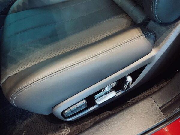 Khoang nội thất Mazda6 2021 mới cũng cho thấy phong cách sang trọng, lịch lãm với hầu hết các chi tiết đều bọc da Nappa cho cảm giác ngồi rất êm ái.