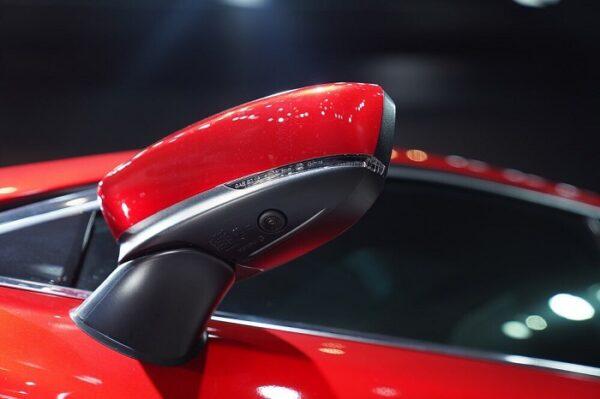 Hệ thống gương chiếu hậu được thiết kế mới và tích hợp camera 360 độ trên phiên bản Mazda 6 Premium
