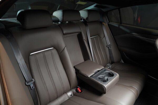 Hàng ghế sau Mazda 6 mới là nơi làm việc và nghỉ ngơi ngay trên xe nhờ không gian rộng lớn, Tích hợp nhiều tiện nghi như 2 cổng sạt usb dành cho di động, bệ tì tay, 2 ngăn cốc để nước.