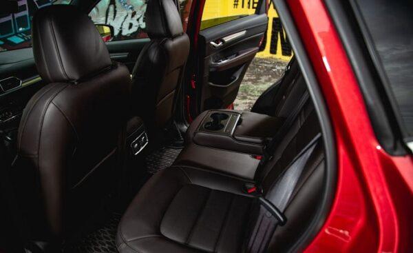 Hàng ghế sau Mazda CX-5 2021 rộng rãi cho 3 người ngồi, có đều chỉnh ngã về phía sau