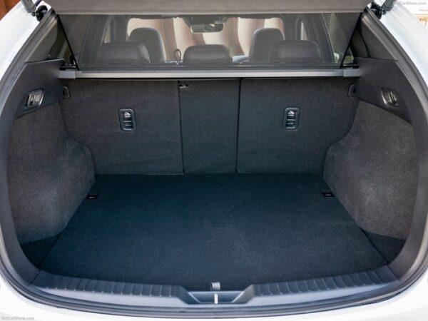 Khoang hành lý Mazda CX-5 rộng lớn, hàng ghế sau gập xuống tạo thành cái giường di động