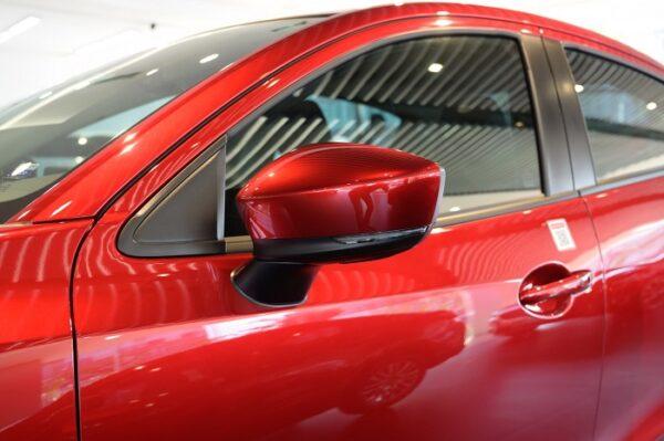 Mazda 2 trang bị gương chỉnh và gập điện có tích hợp nút mở cửa thông minh bên 2 cửa tài và phụ