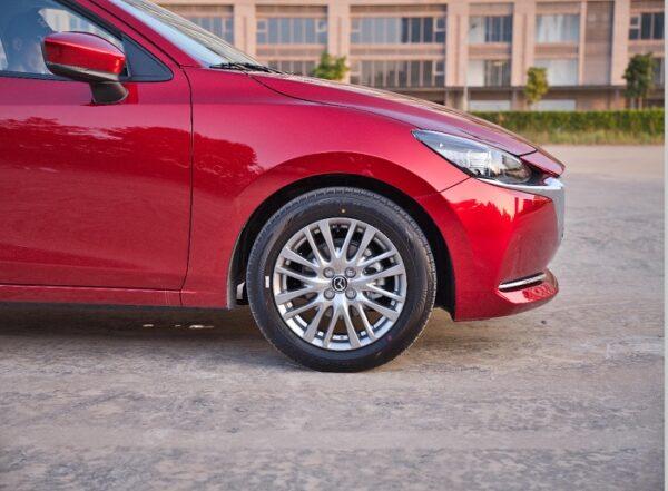 Mâm xe Mazda 2 16 inch mới với phong cách thiết kế 8 chấu kép sống động.