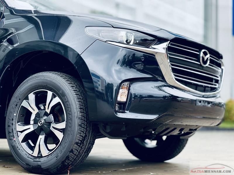 Lưới tản nhiệt kích thước lớn đặt cao kết hợp thanh chrome ngang to bản tạo khối 3 chiều đặc trưng dòng xe Mazda