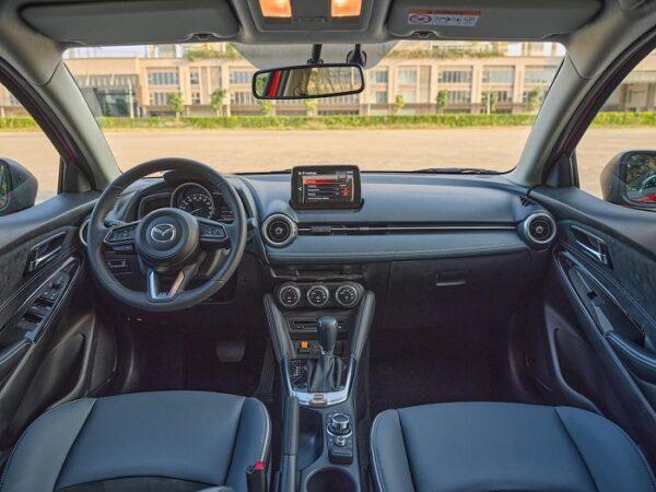 Nội thất Mazda 2 2021 được thiết kế đối xứng với người lái