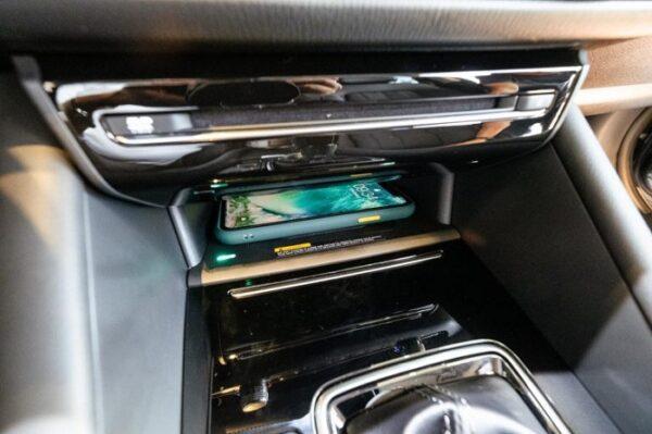 Sạc không dây được trang bị trên Mazda 6 thế hệ mới mà bản tiềm nhiệm chưa được trang bị