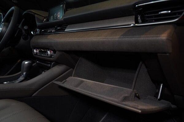 Các đường chỉ sắc sảo tôn lên vẻ đẹp sang trọng nội thất Mazda 6 mới.
