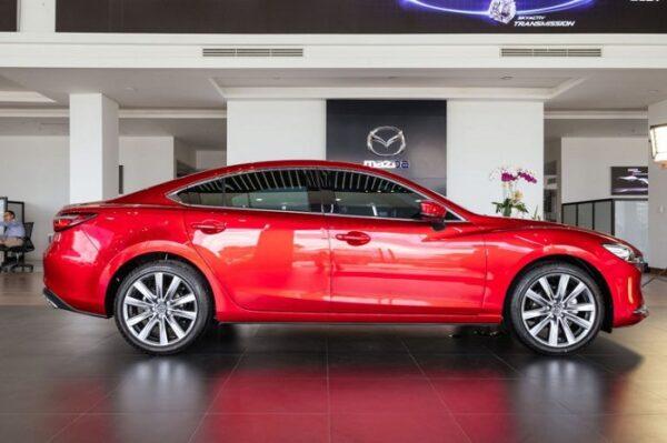 Mazda đã lược bỏ bớt các đường gân trên thân xe Mazda6 mới kết hợp màu sơn mới tạo nên sức hút tốt hơn so với mẫu cũ