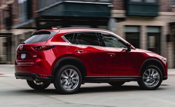 Phần thân xe Mazda CX-5 thế hệ mới nhìn cứng cáp và thể thao hơn