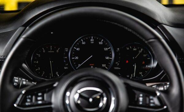 Vô lăng Mazda CX-5 được thiết kế theo phong cách thể thao nhưng chất liệu cao cấp, tỉ mỉ