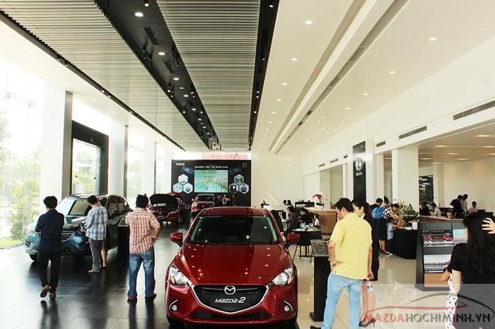 Khách hàng tham quan mua sắm tại cửa hàng Mazda lớn nhất TPHCM