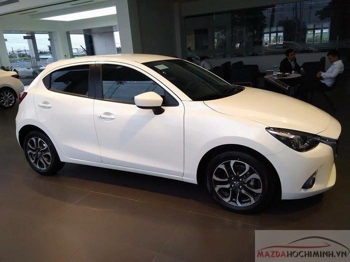 Giá xe Mazda 2 chênh nhau 30 triệu giữa 2 phiên bản