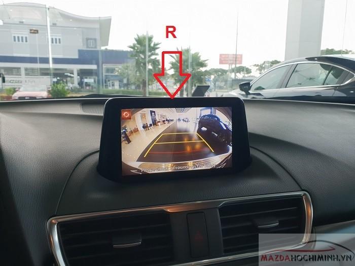 Khi vị trí R (số de) thì màn hình trung tâm hiển thị phía sau giúp de xe dễ dàng
