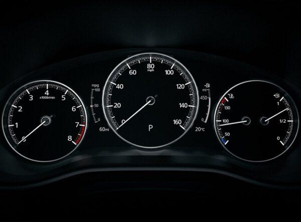 Đồng hồ trung tâm kết hợp analog và kỹ thuật số rất hiện đại trên Mazda CX-30