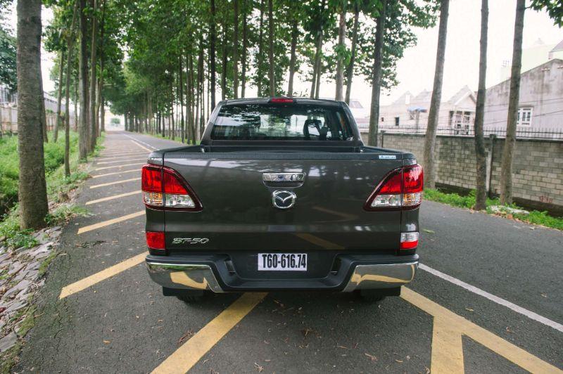 Đuôi xe Mazda BT50 đơn giản hơn so với đối thủ của mình