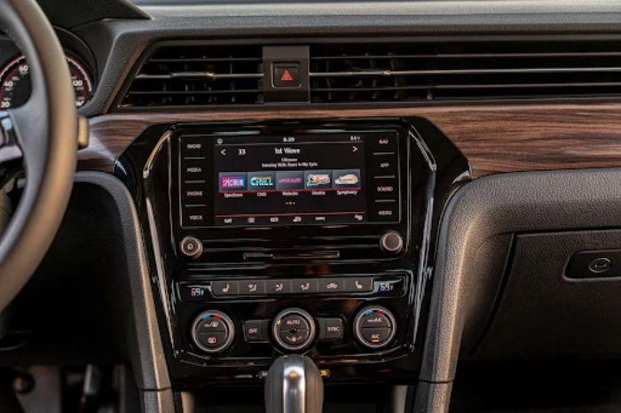 Hệ thống giải trí cảm ứng trên xe Volkswagen PAssat hiện đại
