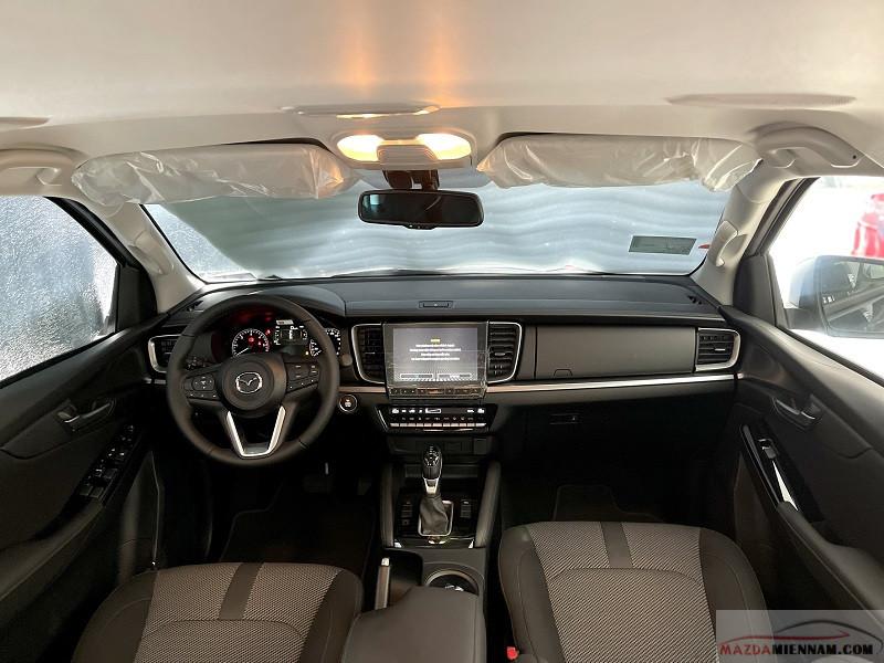 Nội thất Mazda BT-50 có 2 màu chủ đạo: Da cao cấp màu nâu và xám trắng