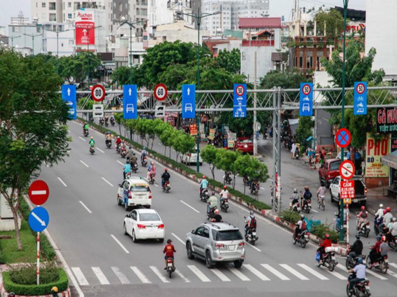 Hình 3: Không được lái xe sai làn đường đã quy định